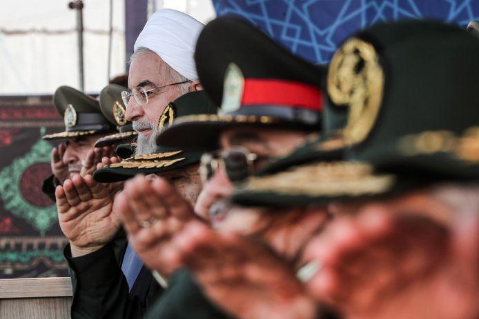 President Rohani op de tribune met de Iraanse legerleiding.