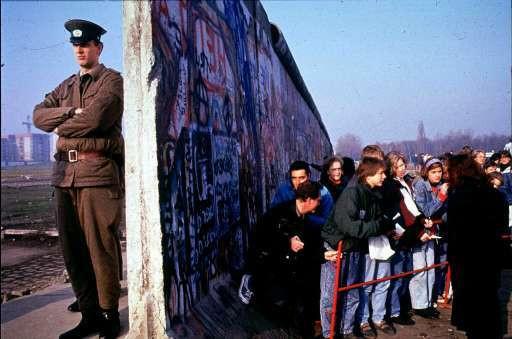 15 novembre 1989, des centaines d'Est-Allemands font la file pour franchir le mur-frontière pour la première fois depuis près de 30 ans.