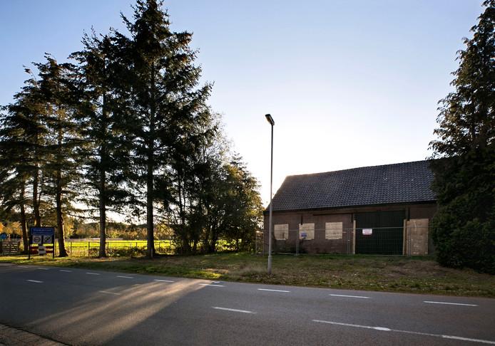 De onbewoonbaar verklaarde boerderij aan de Mgr. Smetsstraat in Dommelen maakt plaats voor twee bouwkavels van in totaal ruim 3300 vierkante meter.