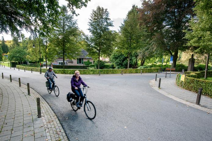 De ingang van Kasteel Rosendael aan de voet van de Posbank. Veel wielrenners komen hier met hoge snelheid naar beneden en stuiten dan op veel langzaam rijdende fietsers.