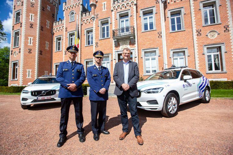 Commissaris Koen Luppens, korpschef Arnoud Vermoesen en burgemeester Willy Segers bij de twee nieuwe interventievoertuigen