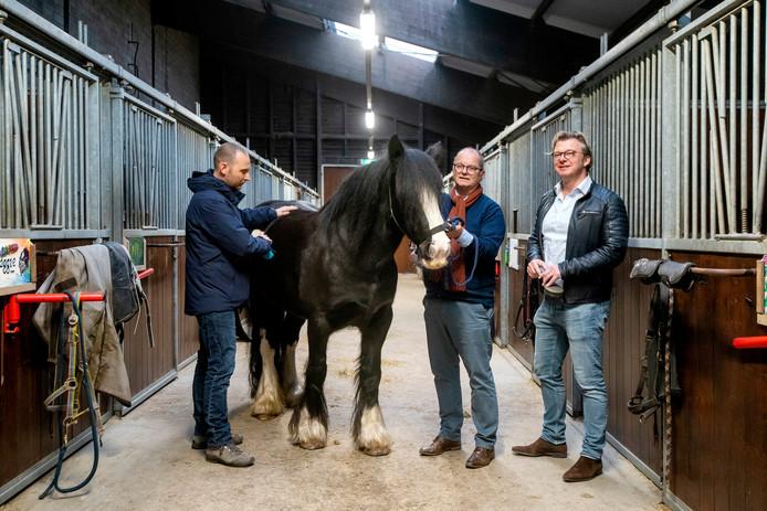 Ruud Berkel, Theo van de Schepop en Walter Kienhuis (vlnr) in de manege van Bio Vakantieoord.