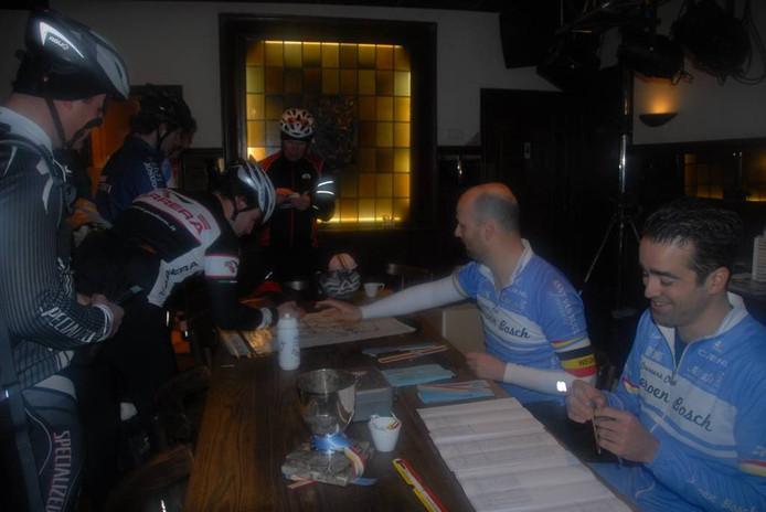 Jos Frusch en Roy Sieliakus van de Coureursclub Jeroen Bosch houden zich in café De Unie bezig met de inschrijvingen.
