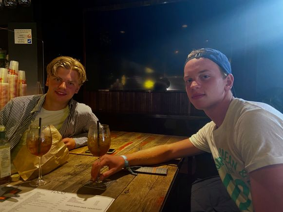 """Berend Van Ark en Tom Van Buyten uit Nederland zijn op vakantie in Knokke: """"Dat je in België als minderjarige al alcohol krijgt, zal wel meespelen dat veel Nederlanders naar hier komen."""""""