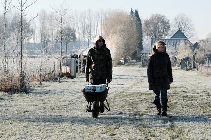 Joep en Jorieke op weg naar de varkens.