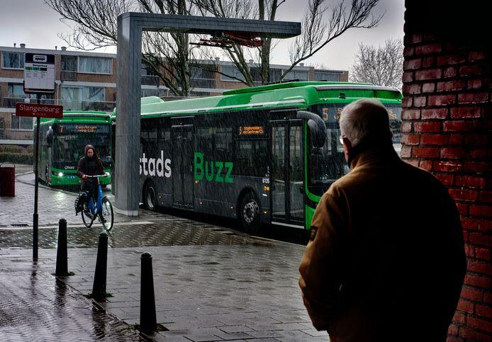 De eindhalte van QBuzz aan het Lunenburgplein. Een fietser rijdt over de stoep om de bus heen, omdat de fietsstrook verdwenen is en de rijbaan daardoor krap is geworden.