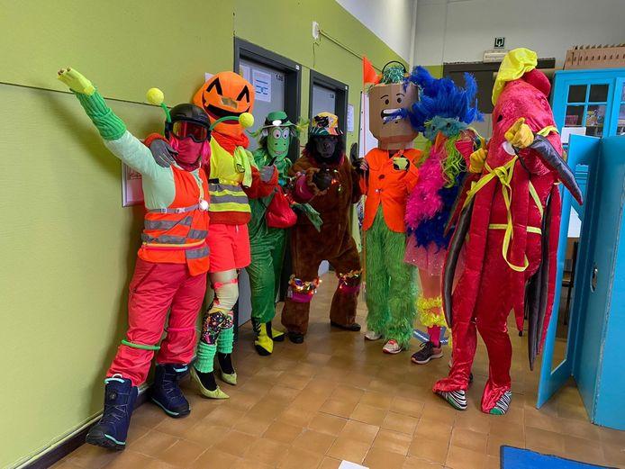 De actie 'Helm op Fluo Top…'. Directie en leerkrachten hebben er zelfs een verkiezing aan gekoppeld: de Masked Fluo Teacher 2020. (foto genomen voor de strenge coronamaatregelen).