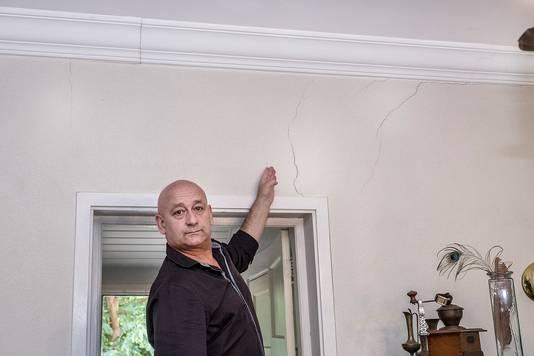 Willie Kamps wijst de scheuren in de muur aan.  Foto Theo Peeters
