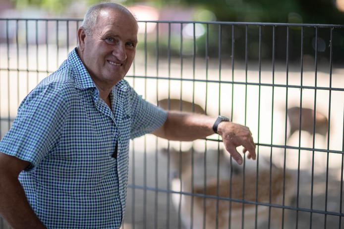 Gerrit Nijhof zorgt in deze droge tijden voor extra brokken, hooi en oud brood voor de bewoners van het hertenkamp aan de Koppeldijk in Borculo. ,,Het gaat nog wel ruim een maand duren voordat er weer gras op komt.''