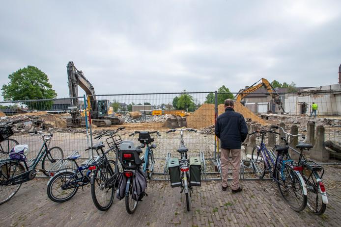 Sloop van het oude gemeentehuis en de Rabobank in Leende maakt plaats voor een nieuw dorpshuis met brede school.