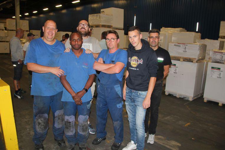 Verschillend arbeiders bleven na het slechte nieuws doelloos rondhangen in de drukkerij waar ze tientallen jaren werkten.