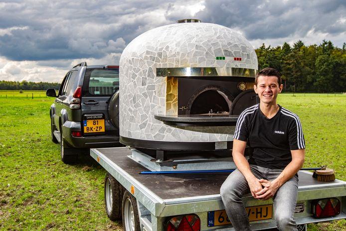 Armin Blom met de mobiele pizza-oven waarmee hij volgend jaar feesten op evenementen in de regio echte Napolitaanse pizza's wil gaan bakken.