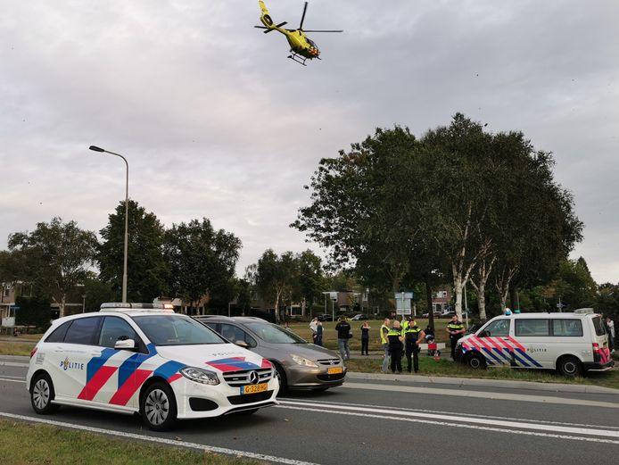 De traumahelikopter vliegt weg nadat een trauma-arts is ingevlogen om minstens een van de gewonden te verzorgen.