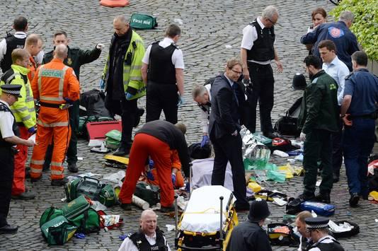 Slachtoffers krijgen eerste hulp.