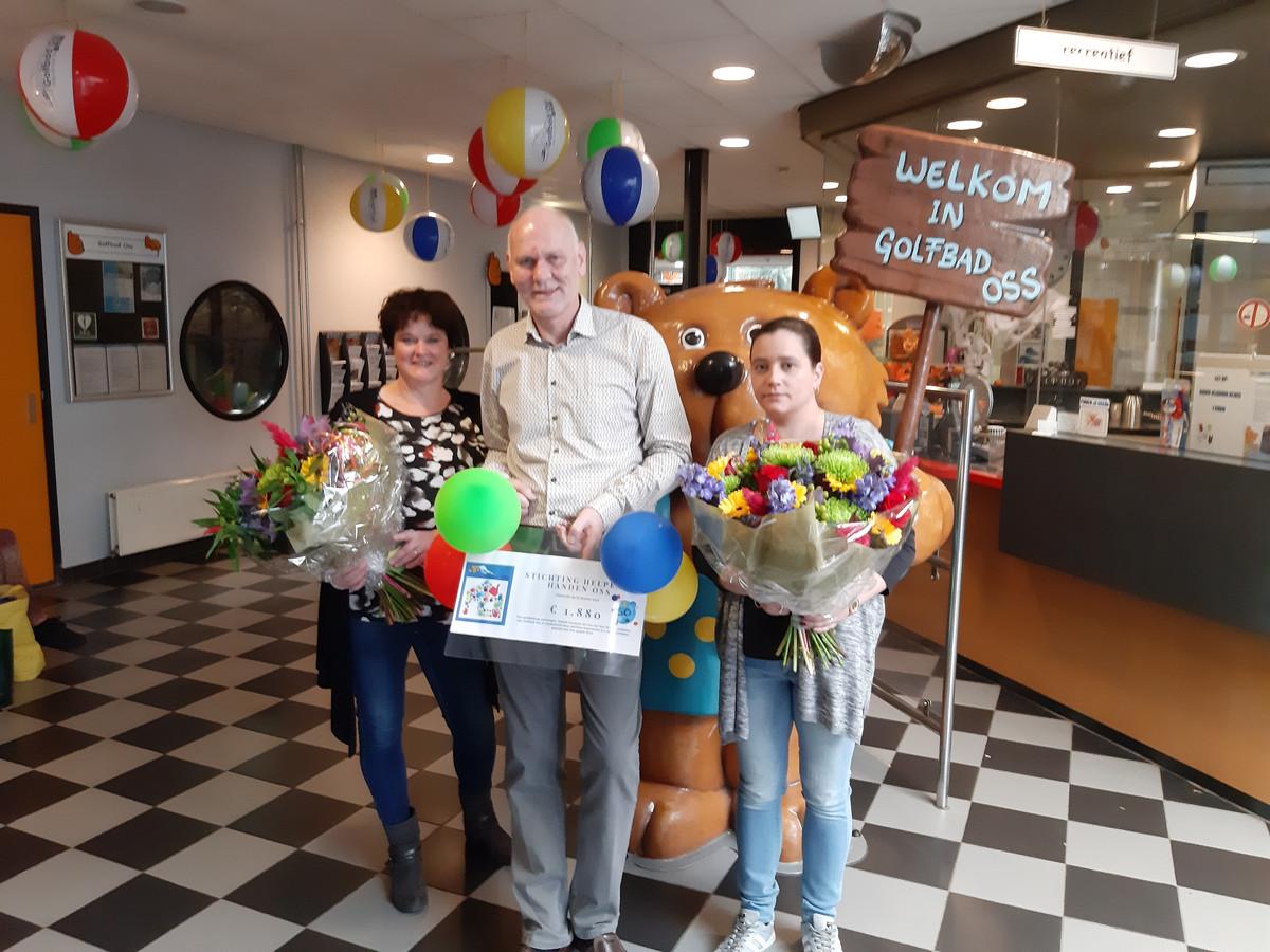 De dames van Helpende Handen Oss samen met directeur Peter Jongsma