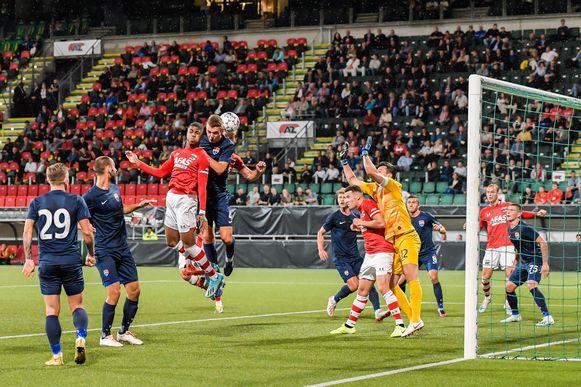 Stijn Wuytens scoort voor AZ, dat nu Antwerp treft.