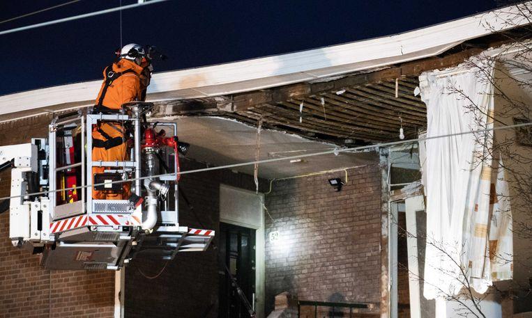 De brandweer zoekt naar slachtoffers nadat een pand aan de Jan van der Heijdenstraat deels is ingestort, mogelijk als gevolg van een gasexplosie.