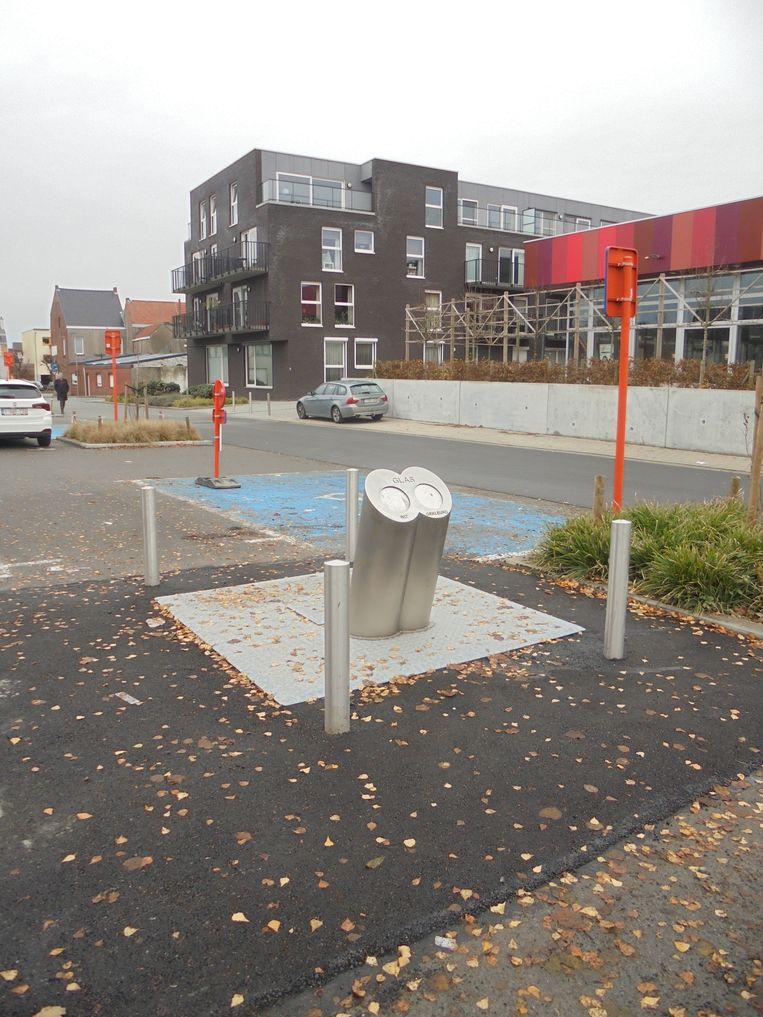 De eerste ondergrondse glascontainer staat op de parking aan het station in Wetteren.