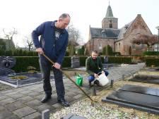 Schoffelen, paden vegen en een bakske koffie: inwoners Veen nemen onderhoud kerkhof op zich