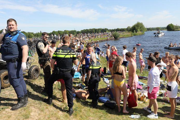 Het was zo druk aan de oevers van de Eem, afgelopen donderdag, dat de politie in moest grijpen.