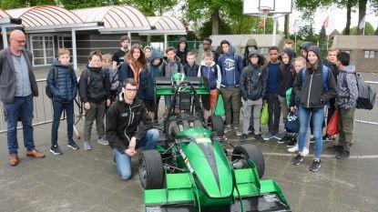 Oud-leerling demonstreert elektrische racewagen