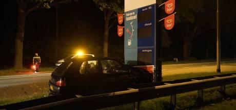 Automobilist ramt bord met brandstofprijzen langs N35 bij Raalte