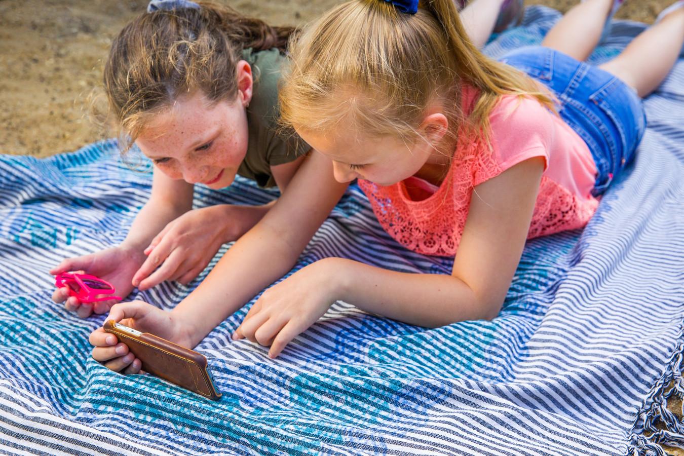 Samen lezen op het strand, dat is komende zomer de trend als het aan Onderwijszorg Nederland ligt.