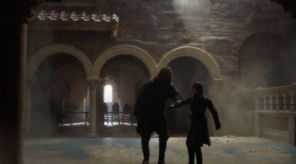 The Hound probeert Arya tegen te houden.