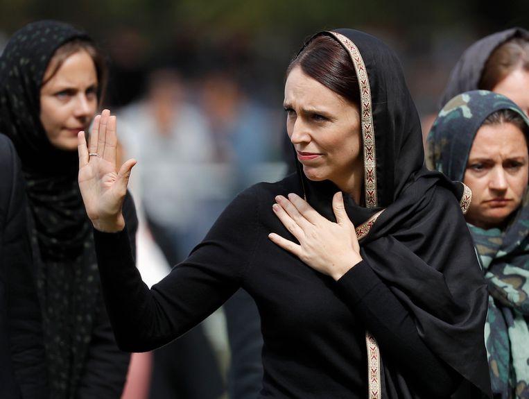 De Nieuw-Zeelandse premier Jacinda Ardern, na het vrijdaggebed, een week na de aanslag.  Beeld Vincent Thian / AP
