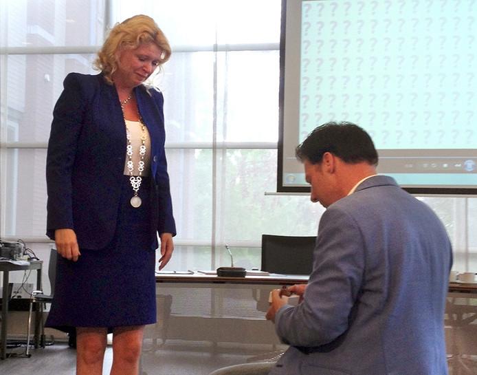 Burgemeester Willemijn van Hees van Geertruidenberg werd ten huwelijk gevraagd door haar man tijdens een raadsvergadering. Foto Sjoerd marcelissen