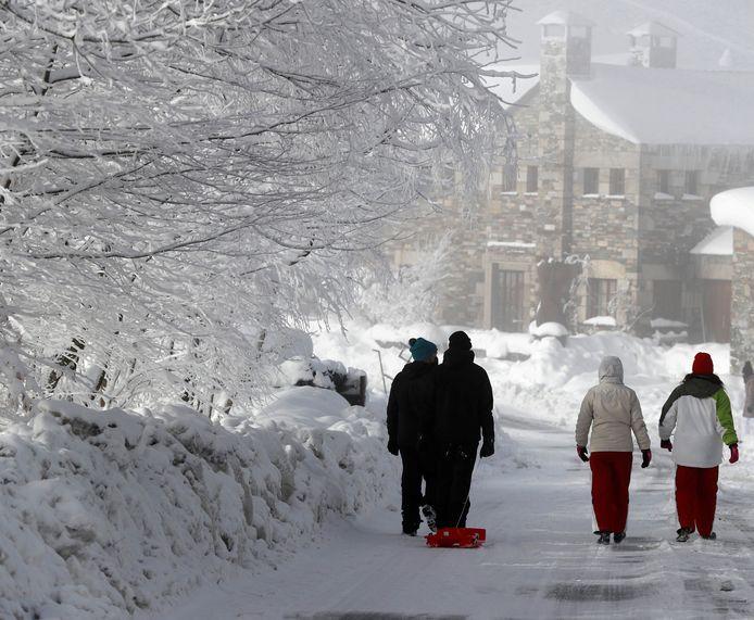 Wanderlaars wandelen door het besneeuwde dorp O Cebreiro (Lugo).
