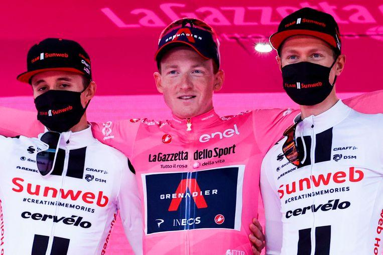 Winnaar Tao Geoghegan Hart wordt geflankeerd door twee renners van Team Sunweb. Links Jai Hindley en rechts Wilco Kelderman. Beeld AFP
