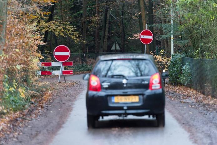 De Burgemeester Diepenhorstweg is eenrichtingsverkeer geworden, maar verkeer rijdt nog volop tegen 'de stroom' in. Foto Hans van de Vlekkert