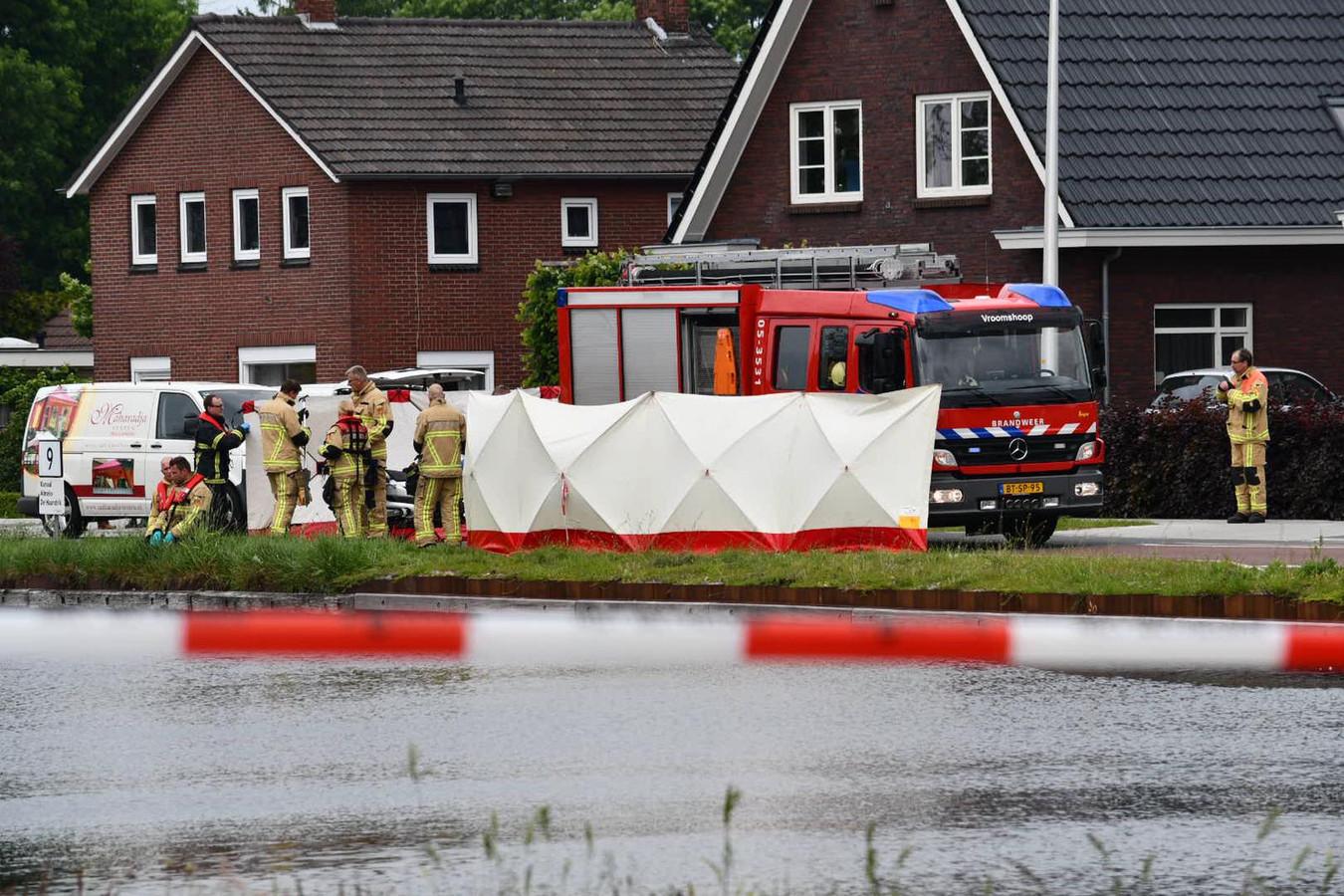 De brandweer haalt een persoon uit het water in Daarlerveen