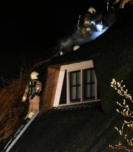 Aansteken open haard gaat mis: rieten dak van woonboerderij in Wanneperveen vliegt in brand