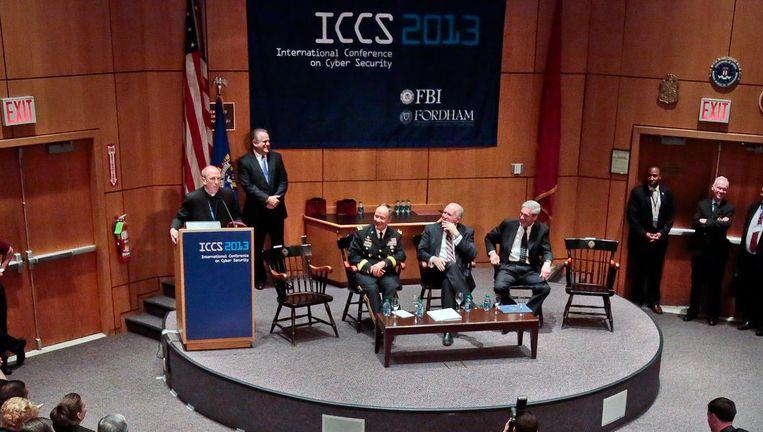 De directeuren van de NSA, CIA en FBI, Keith Alexander, John Brennan en Robert Mueller (zittend van links naar rechts) tijdens de International Conference on Cyber Security 2013 op Fordham University in New York Beeld ap