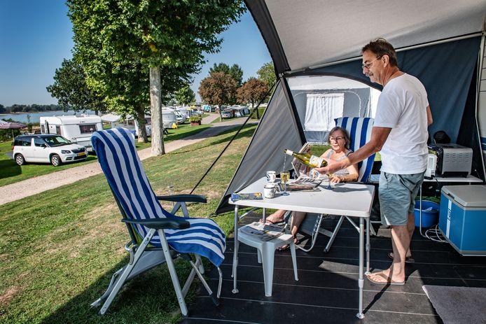 Theo van Heumen en Mieke van den Berg op de camping in Oosterhout.