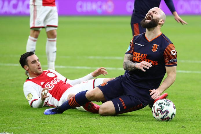 Bij deze tackle van Ajacied Nicolás Tagliafico raakte Hans Mulder geblesseerd.