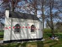 Zonaanbidders hebben zich achter het door brandstichters geplaagde Jozefkapelletje van Biest-Houtakker neergevlijd