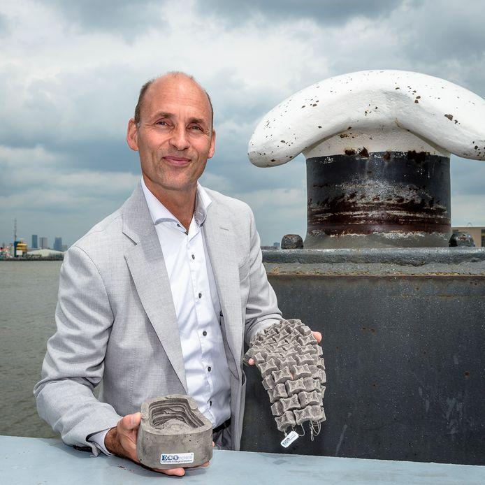 Roy Osinga van ECOncrete toont het materiaal dat meer leven in de Noordzee moet brengen.