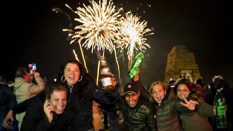 Feestende mensen vieren oud en nieuw op het strand van Scheveningen, 1 januari 2016. Beeld anp