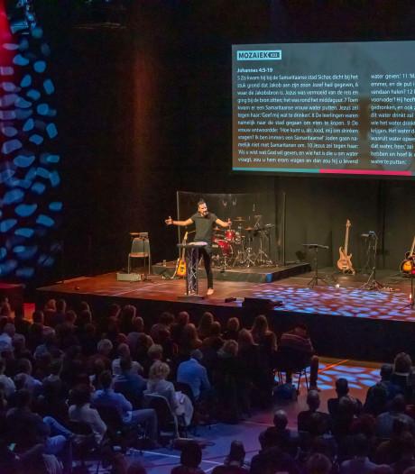 Alternatieve kerkdienst rukt op: ontdek hoe 'gaaf' God is in bomvolle sporthal