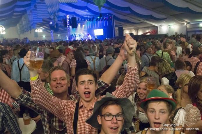 Drukte in de grote tent in Geerdijk tijdens het jaarlijkse Oktoberfest.