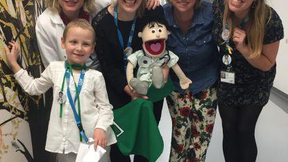 Kinderen uit 'Helden van de Kinderkliniek' krijgen superhelden cape van 'Dokter Karel'