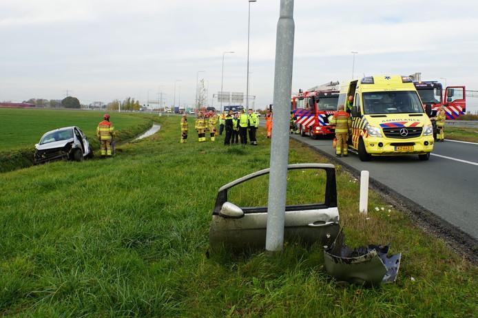Op de afrit A15 richting A50 is vrijdagmorgen een auto van de weg geraakt. De bestuurder raakte gewond en is per ambulance naar het ziekenhuis vervoerd.
