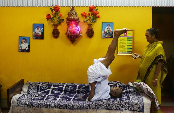 Sivananda blijft soepel door urenlange yogasessies.