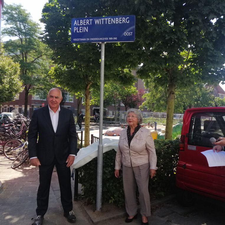 Onthulling van het Albert Wittenbergplein met links Willem Gunzeln, de oudste kleinzoon van Albert en Janna, en rechts Betty Mock. Beeld Patrick Meershoek