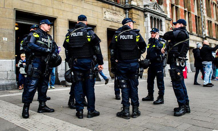 Politie op Amsterdam Centraal. In verband met de bomaanslagen op diverse doelen in Brussel, heeft het ministerie van Justitie besloten de aanwezigheid van politie op grote Nederlandse stations uit te breiden. Beeld ANP