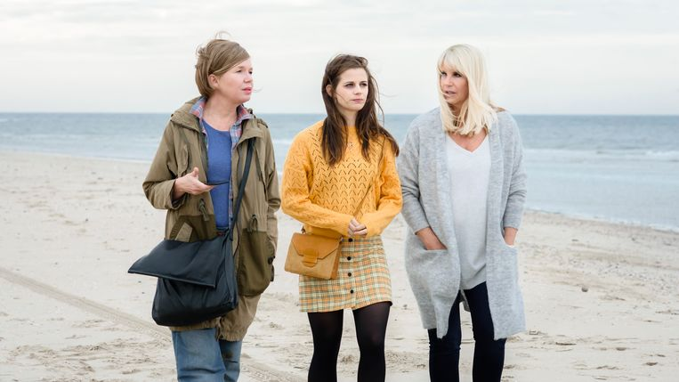 De drie titelpersonages van April, May en June hobbelen hun existentiële crisis binnen, in een rommelig aan elkaar geregen reeks van min of meer op zichzelf staande gebeurtenissen. Beeld