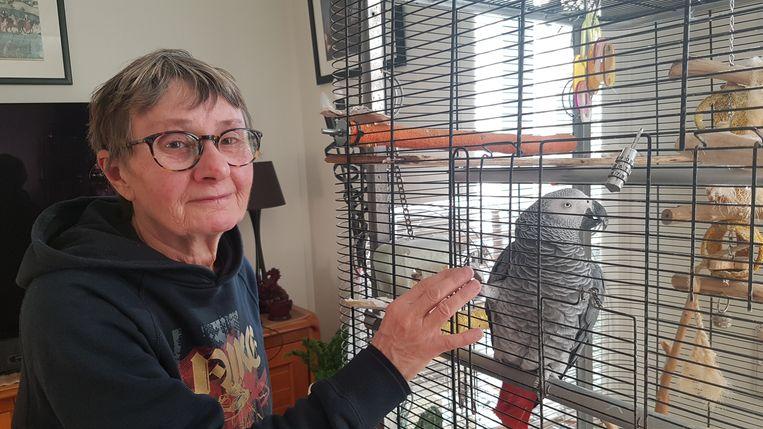 """Buurvrouw Kristina Dewulf. """"Mijn papegaai Chicka was na de knal tegen het plafond van haar kooi aangevlogen en had bijna het leven gelaten."""""""